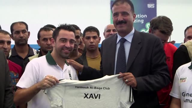 El futbolista espanol Xavi Hernandez visito el jueves un campo de refugiados palestinos cerca de Amman un dia despues de su nombramiento como...