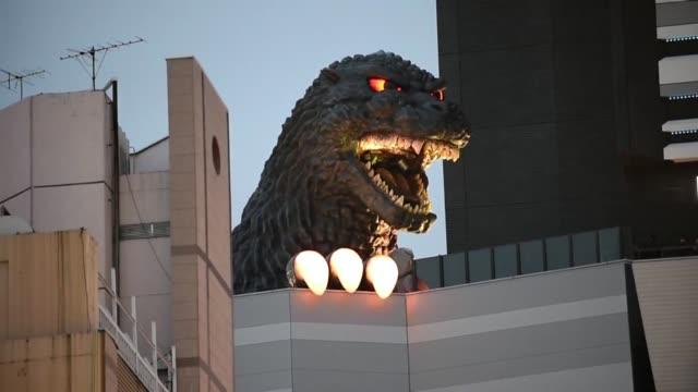 el gigante monstruo cinematografico aparecio en las calles de tokio como parte de la promocion de un centro comercial - centro comercial stock videos & royalty-free footage