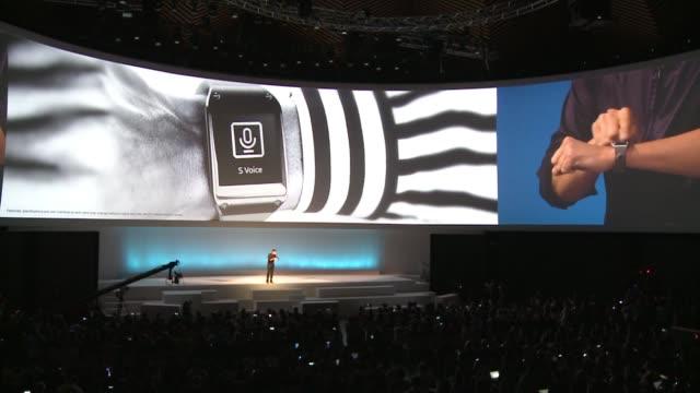 vídeos de stock, filmes e b-roll de el gigante surcoreano de electronica samsung dio a conocer su reloj inteligente el galaxy gear que permite llamar leer mensajes revisar el correo... - reloj