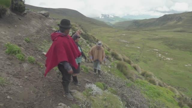 el glaciar del volcan chimborazo el pico mas alto de ecuador retrocede alarmantemente causando falta de agua en los habitantes de la zona - agua stock videos & royalty-free footage