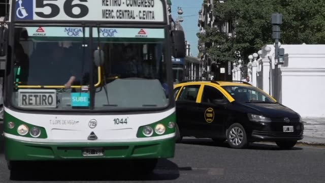 stockvideo's en b-roll-footage met el gobierno argentino anuncio el miercoles aumentos de entre 30% y 60% en las tarifas del sistema de transporte publico de buenos aires en su... - transporte