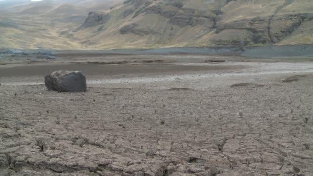 el gobierno boliviano decreto el lunes la situacion de emergencia en el pais al registrarse la peor sequia de los ultimos 25 anos la cual ha... - agua stock videos & royalty-free footage