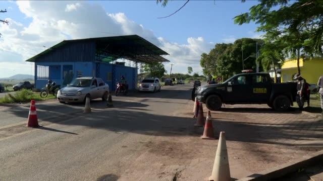 vídeos y material grabado en eventos de stock de el gobierno brasileno anuncio el martes que distribuira a otras ciudades a mas de mil migrantes venezolanos que permanecen en el estado fronterizo de... - estado de roraima