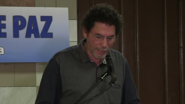 el gobierno colombiano y la guerrilla comunista de las farc retomaron las negociaciones de paz este martes en cuba para discutir sobre reparacion a... - discutir stock videos & royalty-free footage