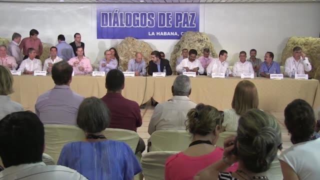 vídeos y material grabado en eventos de stock de el gobierno de colombia y la guerrilla comunista de las farc lograron el miercoles un crucial acuerdo sobre la participacion en política de los... - política y gobierno