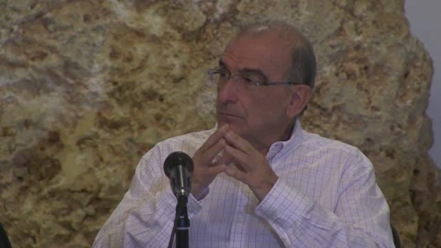 el gobierno de colombia y las farc acordaron el viernes mantener el alto al fuego en colombia y discutir propuestas de ajuste al acuerdo de paz que... - discutir stock videos & royalty-free footage