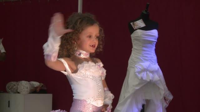 el gobierno de francia quiere eliminar los concursos de belleza infantiles hasta entonces la pequena lena de siete anos seguira subiendose a las... - 6 7 anos stock videos & royalty-free footage