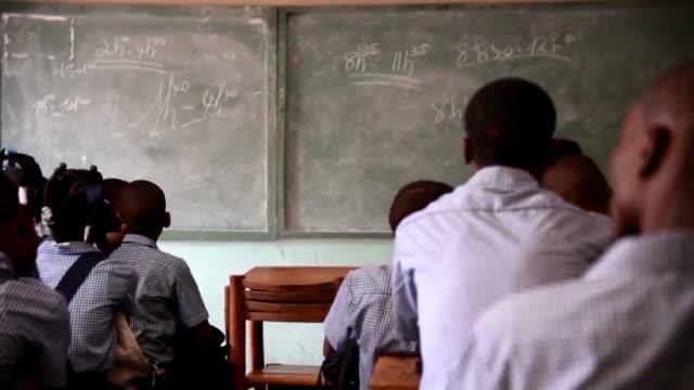 el gobierno de haiti anuncio que pretende reformar un sistema educativo que es actualmente fuente de exclusion y fracaso en un pais donde unos 400000... - niños stock videos & royalty-free footage