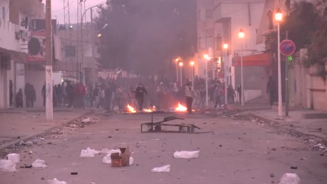 el gobierno de túnez decretó el viernes un toque de queda en todo el país, tras varios días de protestas que marcan una movilización social no vista... - tunisia stock videos & royalty-free footage