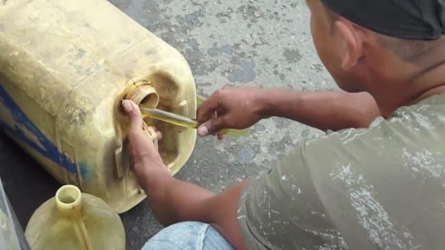 el gobierno de venezuela impuso un chip de racionamiento de combustible en dos estados del noroeste san cristobal venezuela - gasolina stock videos & royalty-free footage