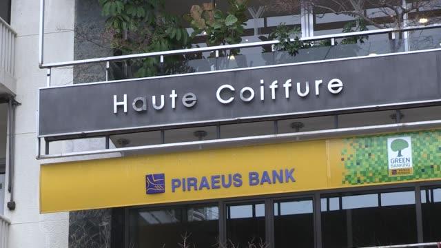 El Gobierno griego anuncio el viernes que los tenedores de casi un 84% de su deuda privada habian aceptado perder mas de la mitad del valor de sus...