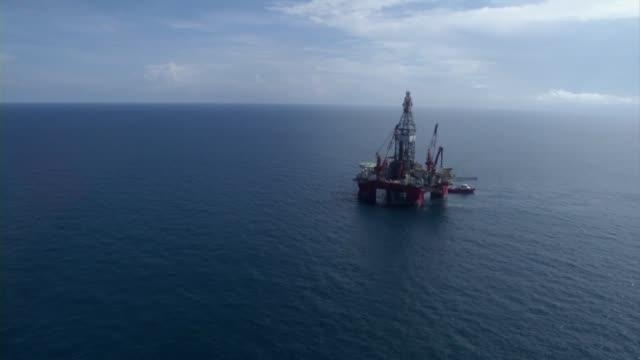 el gobierno mexicano inicio este miercoles la licitacion de 14 bloques petroleros valorados en 17000 millones de dolares culminando la historica... - industria petrolera stock videos and b-roll footage