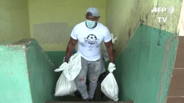 el gobierno panameño distribuyó el miércoles miles de bolsas de comida en barrios populares del país en medio de la crisis provocada por el nuevo... - comida stock videos & royalty-free footage