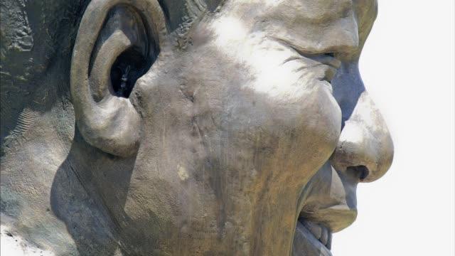 el gobierno sudafricano retirará un pequeño conejo que se encuentra dentro de la oreja de la estatua gigante de nelson mandela inaugurada en... - pretoria stock videos & royalty-free footage