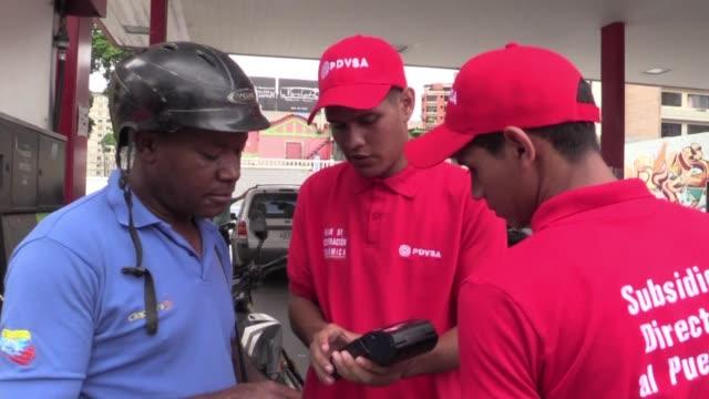 el gobierno venezolano extendio a todo el pais los ensayos de un nuevo sistema de pago electronico de la gasolina que contempla un aumento de precio... - gasolina stock videos & royalty-free footage