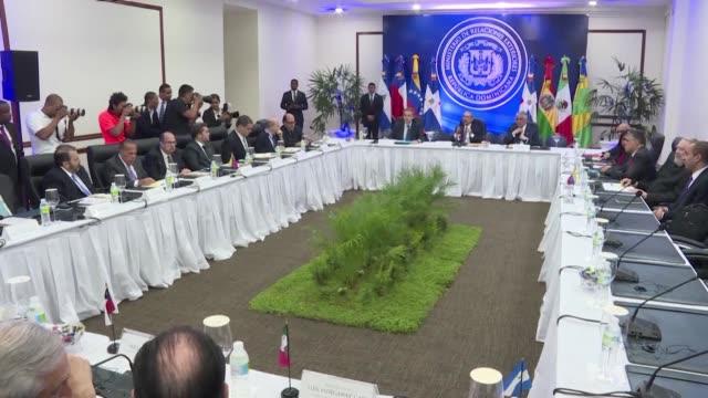 el gobierno venezolano y la oposicion negociaban el viernes en republica dominicana para encontrar una salida a la crisis politica y economica de... - politica stock videos & royalty-free footage