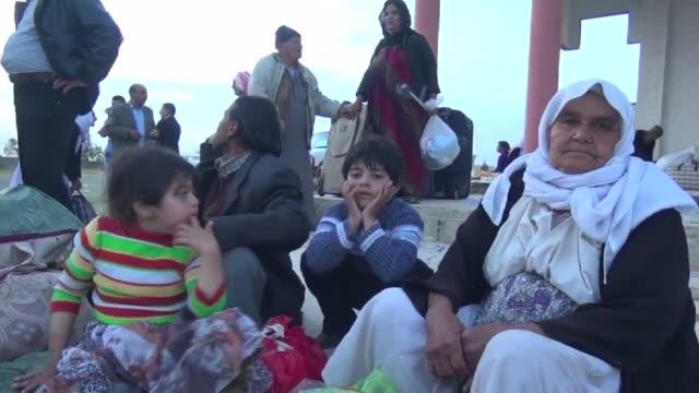 vídeos de stock, filmes e b-roll de el grupo estado islamico libero a mas de 200 yazidies que tenia secuestrados desde hace meses en irak - irak