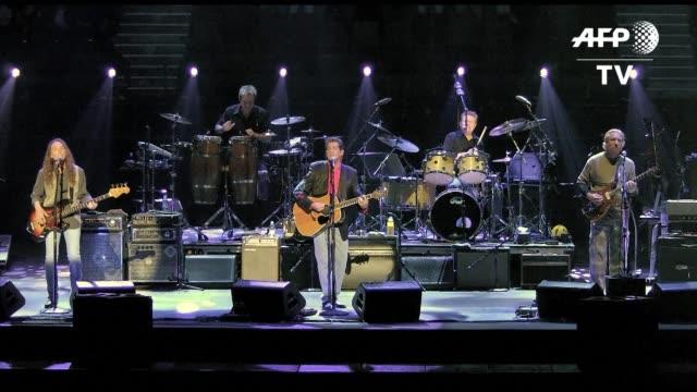 vídeos de stock, filmes e b-roll de el guitarrista glenn frey fundador de la banda estadounidense the eagles muy popular en la decada de 1970 por hits como hotel california fallecio el... - fundador