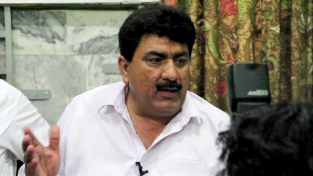 el hermano del medico paquistani acusado de ayudar a la cia a localizar a osama bin laden, condenado a 33 anos de prisión en su país, pide ayuda.... - peshawar stock videos & royalty-free footage