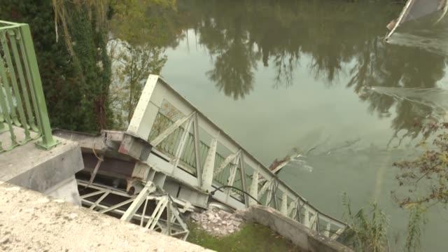 el hundimiento de un puente en un pueblo del sur de francia en el que murieron dos personas fue provocado por un camion que pesaba el doble de lo que... - puente stock videos & royalty-free footage
