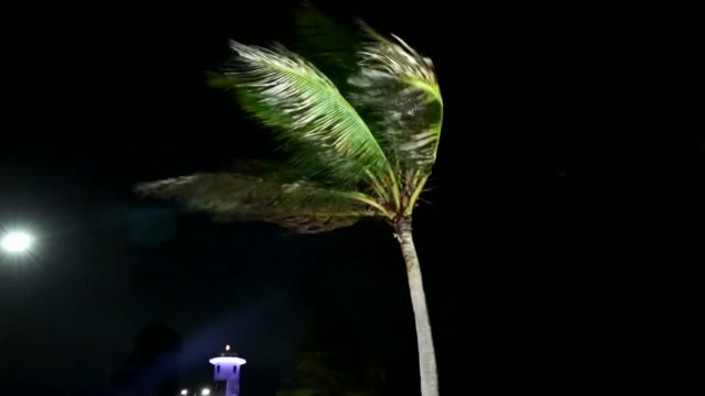 el huracan earl perdio potencia tras tocar las costas de belice el jueves y se convirtio en tormenta tropical pero continuaba provocando fuertes... - tocar stock videos & royalty-free footage