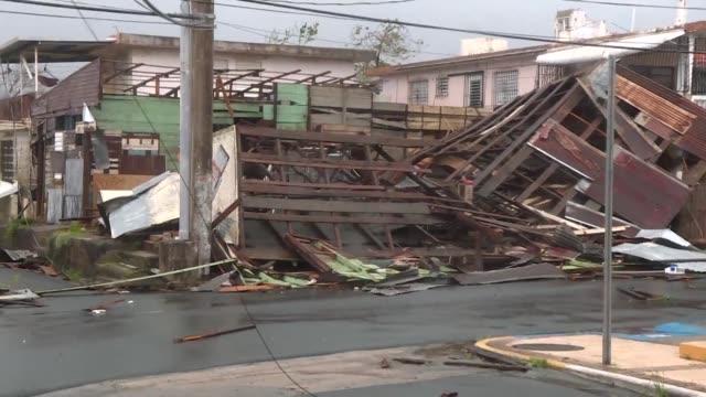 vídeos de stock, filmes e b-roll de el huracan maria dejaba una estela de devastacion a su paso por puerto rico el miercoles tras golpear a las islas virgenes estadounidenses y dejar al... - porto riquenho