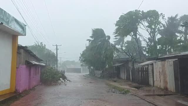 el huracán iota se convirtió en un potente ciclón de categoría cinco, la máxima, al acercarse el lunes al caribe de nicaragua, donde pobladores... - managua stock videos & royalty-free footage