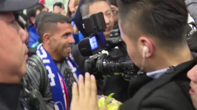 El idolo argentino Carlos Tevez fue recibido el jueves por cientos de aficionados en el aeropuerto de Shanghai la ciudad de su nuevo club el Shenhua...