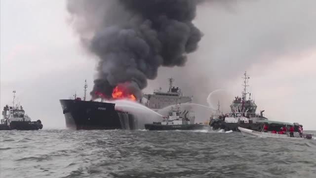 stockvideo's en b-roll-footage met el incendio en un buque de petroleos mexicanos alcanzo 24 horas el domingo en el golfo de mexico mientras que miles de barriles de combustible que... - golf van mexico