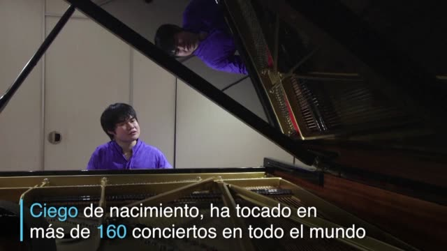 el japones nobuyuki tsujii ha logrado fama internacional como pianista de musica clasica - tocar stock videos & royalty-free footage