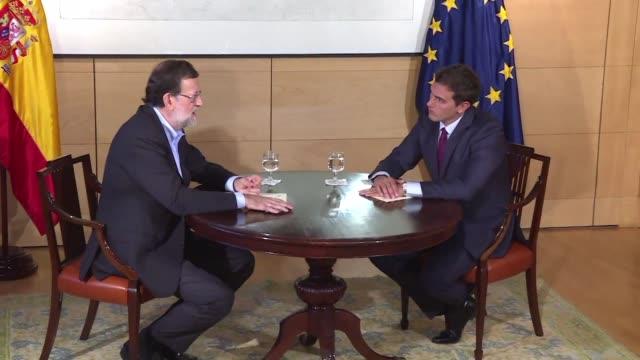 El jefe del ejecutivo saliente de Espana Mariano Rajoy anuncio el jueves el inicio de negociaciones para formar gobierno en Espana despues de aceptar...