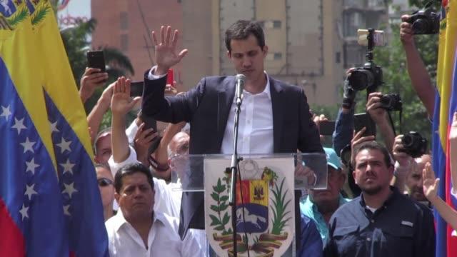 el jefe del parlamento de mayoria opositora juan guaido se autoproclamo como presidente encargado de venezuela para buscar la salida del poder del... - multitud stock videos & royalty-free footage