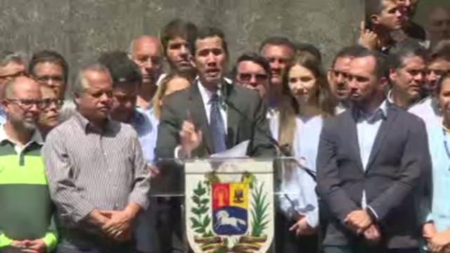 vídeos de stock e filmes b-roll de el jefe parlamentario opositor juan guaido autoproclamado presidente interino de venezuela convoco a una gran movilizacion para la proxima semana... - exigir