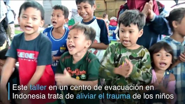 el juego el canto y el baile permiten a muchos ninos indonesios evacuados distraer su atencion del tsunami que devasto las orillas del estrecho de la... - estrecho stock videos and b-roll footage