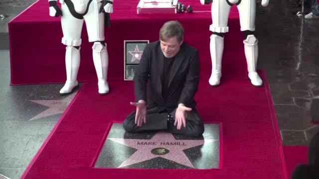 vídeos y material grabado en eventos de stock de el legendario actor mark hamill conocido por interpretar al heroe galactico luke skywalker en star wars recibio su estrella en el paseo de la fama de... - mark hamill