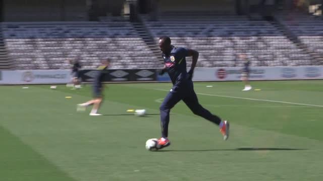 El legendario campeon de atletismo jamaicano Usain Bolt se entreno por primera vez el martes con el club australiano de futbol Central Coast Mariners...