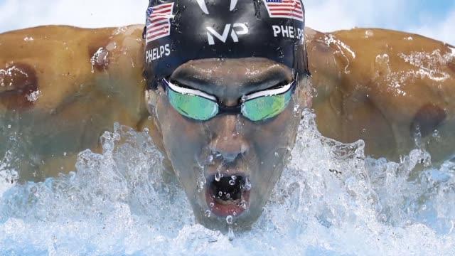 el legendario michael phelps conquisto este martes sus medallas olimpicas de oro numero 20 y 21 al ganar los 200m mariposa y el relevo 4x200m libres... - medaglia premio video stock e b–roll