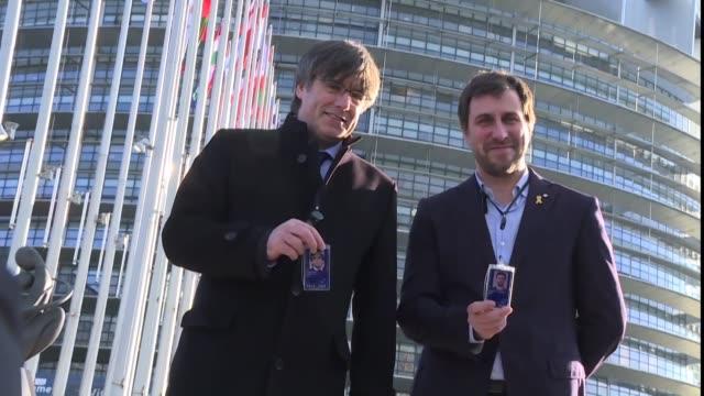 vídeos y material grabado en eventos de stock de el lider independentista catalan carles puigdemont consiguio este lunes su objetivo de entrar en la eurocamara como eurodiputado un logro motivado... - llevar