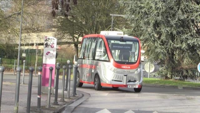 el lunes en el campus de la universidad de lille villeneuve d'ascq se lanzo un autobus directo 100% autonomo electrico y de circulacion solo en vias... - lille stock videos & royalty-free footage