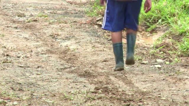 el medio kilometro que recorre sebastian para ir a la escuela esta sembrado de minas antipersona una realidad cotidiana en colombia tras mas de 50... - minas stock videos and b-roll footage