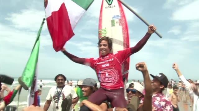 El mexicano Jhony Corzo se proclamo campeon del mundo de surf tras la final que le enfrento el domingo al frances Joan Duru en Biarritz en la costa...