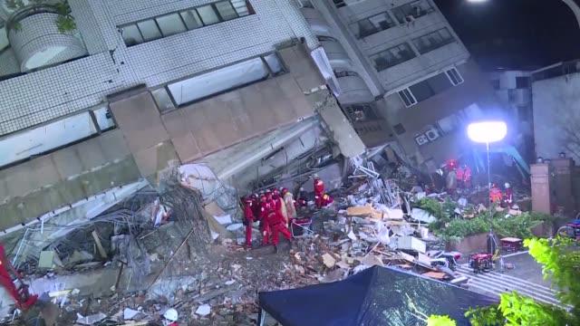 El miercoles continuaba la busqueda de supervivientes en la ciudad de Hualien en Taiwan tras el terremoto de 64 grados que el martes dejo al menos...