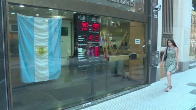 el ministerio de hacienda y finanzas de argentina anuncio este miercoles el levantamiento de las restricciones cambiarias que rigen en el pais desde... - devaluation stock videos & royalty-free footage