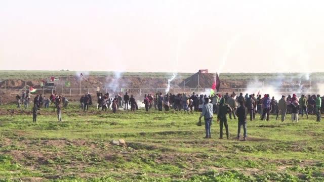 el ministerio de salud de la franja de gaza informo el viernes que una palestina murio de un disparo en la cabeza en las manifestaciones y... - palestina stock videos and b-roll footage