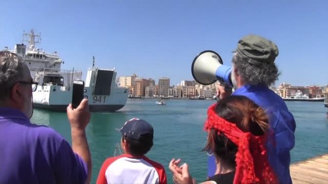 stockvideo's en b-roll-footage met el ministro del interior italiano matteo salvini prohibio el jueves al buque de la guardia costera italiana diciotti desembarcar a los 67 migrantes... - vermijden