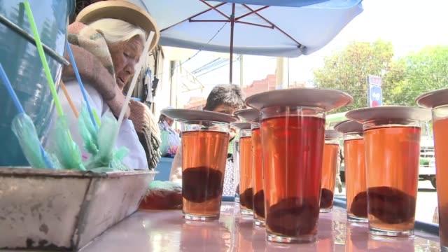 el 'mocochinchi' un refresco casero que el gobierno izquierdista de evo morales quiere usar para reemplazar a la cocacola la paz bolivia - refresco stock videos and b-roll footage