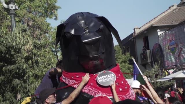 stockvideo's en b-roll-footage met el movimiento social que estallo en chile en octubre nacio sin lideres ni color politico pero si tiene un icono cargado de simbolismos el negro... - color negro