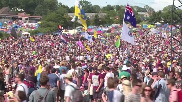 stockvideo's en b-roll-footage met el mítico festival de música de glastonbury, que cada verano recibe a más de 200.000 espectadores en sus prados transformados en escenarios al aire... - festival de música
