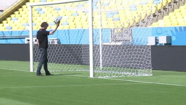 vídeos de stock e filmes b-roll de el mundial de brasil sera la oportunidad de experimentar por primera vez una tecnologia de reconocimiento de goles para permitir al arbitro saber si... - reloj