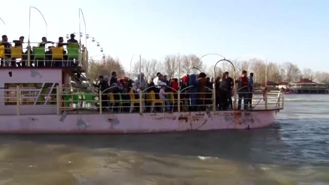 vídeos de stock, filmes e b-roll de el naufragio de un ferry en el rio tigris en irak dejo el jueves una centena de personas fallecidas que iban en la embarcacion para celebrar el... - irak